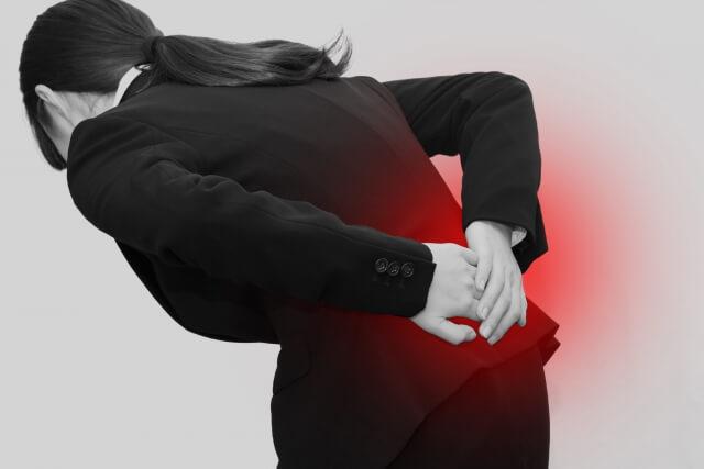 長時間のデスクワークや姿勢の悪さも腰痛の原因になります